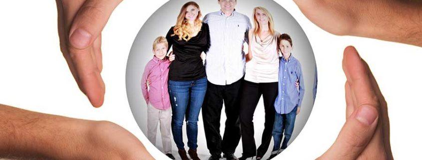 Famiglia serena dopo un incontro con lo psicologo